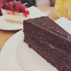 Vor dem Geburtstag ist Café-Zeit nur mit Mann und dem Großen. <3 Wir testen jetzt nach und nach die Cafés um die Ecke. :) #cafe #sacher #himbeer #torte #kuchen #tillmann #bäcker