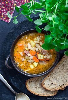 Dzisiaj mam dla Was przepis na zupę fasolową. Gęstą, sytą, z majerankiem, czosnkiem i aromatem wędzonego boczku. Zupę, jaką pamiętam z dzieciństwa i jaką często