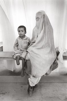 Mutilated child and mother with burka Afghanistan. August 1996 © Gervasio Sánchez