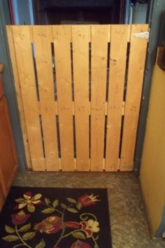 The BEST child or pet safety gate EVER! For FREE! Using a wooden  pallet & hinges.