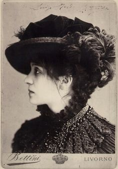 Eleonora Duse, famed Italian actress and venerated in Italy as their answer to Sarah Bernhardt in France. Mistress to the great poet Gabriel d'Annunzio and the composer and librettist, Arrigo Boito Vintage Photos Women, Vintage Photographs, Vintage Ladies, Vintage Wear, Vintage Hats, Vintage Ephemera, Vintage Pictures, Rainer Maria Rilke, Old Pictures