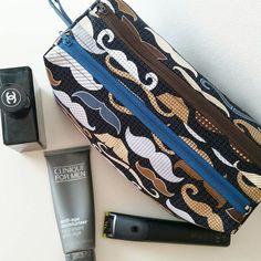 Trousse Zip-Zip (1 - large) que je viens de coudre comme cadeau d'anniversaire pour mon ami Thierry. Tissu moustaches créé par Timeless Treasures Fabrics. J'y ai appliqué 2 couches de vliesline G700 pour une tenue type toile. #timelesstreasuresfabrics #moustaches #couture #sacotin #sewing