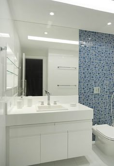 Casa Jardim Ubá VM: Banheiros modernos por Amanda Miranda Arquitetura
