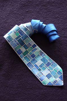 Una cravatta per i signori. Elegante e di classe - stile moderno. In colori vivaci. Con un tocco personale. Per tutti i gusti e combinazioni di colori. Dipinto a mano. Coloranti tessili professionali. Lavare esclusivamente a secco. Materiale della fascetta: seta. Cravatta colore: blu scuro, blu verde, blu, argento. Taglia: lunghezza 144 cm. larghezza di 9 cm. La seconda metà dellautografo dellartista. Note autografe di autenticità e qualità del mio lavoro. Pagare con PayPal. Date…