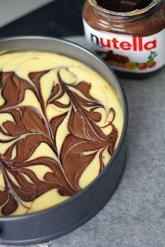 Uskomattoman herkullinen Nutella-juustokakku on noussut syystäkin some-hitiksi. Leivo ja ihastu!