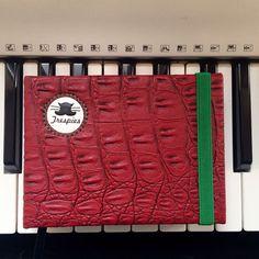 """10 Me gusta, 1 comentarios - - Trespies - (@_trespies_) en Instagram: """"Libretas Trespies Rojo Reptil  #handmadebook #hechoencolombia #trespies #red #animalprint #piano"""""""