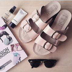 !Feliz fin de semana!  #liberitae #liberitaeshoes #sienteteliberitae #shoes #style #summer #spring #zapatos #zapatosdepiel #piel #leather #leathershoes #madeinspain #hechoenespaña #design #shoedesign #diseño #weekend #calzado