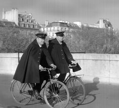 The swallows: the missing Paris police patrol Paris Vintage, Old Paris, Vintage Photographs, Vintage Photos, Eugene Atget, Police Patrol, Old Bicycle, Strange History, History Facts
