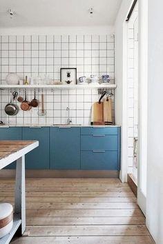 キッチンの棚をマットブルーに。白タイル+ブルー+木目床はまさに「かもめ食堂」!
