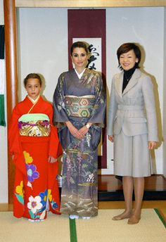 Jordan's Queen Rania (C), Princess Iman (L), dressed in kimonos, with Japan's first lady Akie Abe as they visit Sodo Kimono Academy in Tokyo Dec 22, 2006.
