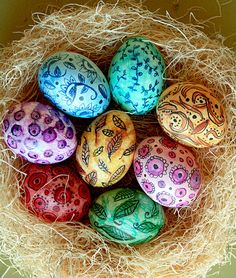 Easter eggs are a vital part of celebrations. Why not make this Easter extra special by making use of unique Easter egg decoration ideas? Let your Easter eggs look exclusive and absolutely amazing. Cool Easter Eggs, Easter Egg Crafts, Hoppy Easter, Easter Egg Designs, Easter Ideas, Diy Ostern, Coloring Easter Eggs, Egg Coloring, Ideas Geniales