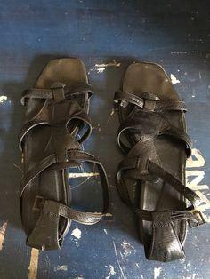 Sandales cuir avec un peu de talon, très peu porté,taille 39 de marque . Taille 39 à 4.50 € : http://www.vinted.fr/chaussures-femmes/sandales/39139126-sandales-cuir-avec-un-peu-de-talon-tres-peu-portetaille-39.