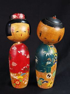 Sweet vintage pair of Kokeshi dolls in red and teal.