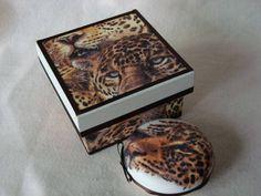 Caixa de madeira forrada contendo 1 sabonete decorado.