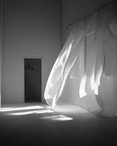 Ainda que a invenção da lâmpada elétrica tenha sido uma das maiores invenções e grande transformação para a sociedade a iluminação natural continua desempenhando papel fundamental para o ser humano. A luz natural é um meio altamente eficaz para redução dos custos de energia e no resfriamento dos edifícios. Mas a sua utilização vai além, trazendo diversos benefícios físicos e biológicos possibilitando contato com exterior. Luz Natural, Grande, Exterior, Lighting, Home Decor, Lights, Middle, Paper, Human Being
