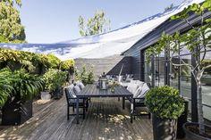 Terrassen er indrettet med afsnit til solbadning, spisning, afslapning og læ for regn og blæst. Den er næsten som en udendørs lejlighed med forskellige rum. Indenfor er det omvendt. Her er de centrale rum lagt sammen i en stor velfungerende bolig.