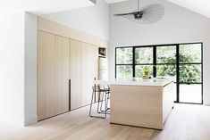 Dutch practice Juma architects has recently transformed a typical 1976 bungalow into a contemporary villa in Belgium. Contemporary Interior Design, Bathroom Interior Design, Kitchen Interior, Bungalows, Light Wood Kitchens, Kitchen Wood, Modern Home Bar, Design Jardin, Villa