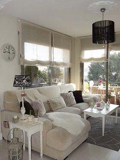 Salón de estar con grandes ventanales
