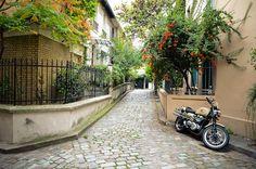 """Square des Peupliers 75013, Métro : Tolbiac """"Dans le même esprit que """"La Campagne à Paris"""", mais en version miniature, il forme une boucle bordées de maisons, ornées pour la plupart d'une jolie marquise et entourées de coquets jardinets. Pas besoin de sortir de Paris pour se promener à la campagne !"""""""