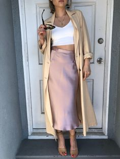 Best ways to pair the satin skirt Modest Fashion, Women's Fashion Dresses, Slip Dress Outfit, Mode Simple, Looks Street Style, Skirt Outfits, Classy Outfits, Spring Outfits, Midi Skirts
