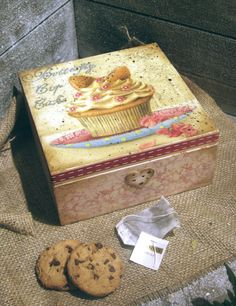 Cupcake vintage style Wooden Decoupage Tea Box/ by iLoveCreations, Decoupage Wood, Napkin Decoupage, Decoupage Furniture, Decoupage Vintage, Painted Boxes, Wooden Boxes, Vintage Box, Vintage Style, Tea Box