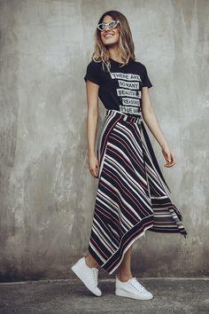 Camiseta o T-shirt con cuello redondo, estampación frontal y apliques perlados. Disponible en rosa, blanca, negra y gris. Striped Pants, Shirt Dress, Shirts, Dresses, Fashion, White Rose Flower, Gray, Black, Crew Neck