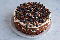En lækker fødselsdagslagkage med hjemmebagte lagkagebunde, hindbærcoulis, fløjlsblød vaniljecreme, blåbær og masser af chokolade.