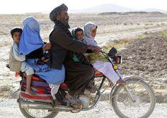 Afegão é flagrado levando mulher e três filhos em moto  Cena ocorreu no distrito de Now Zad.  Moto lotada foi fotografada Erik De Castro. Um afegão foi flagrado levando a mulher e três filhos em uma moto na quinta-feira (8) no distrito de Now Zad, na província de Helmand, no Afeganistão. O motociclista foi fotografado após passar por um posto de controle da polícia.