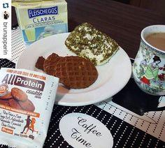 OLHEM A DICA DE CAFÉ DA MANHÃ DA NOSSA AMIGA @BRUNAPPERIN  Coffee time ☕! Zoiud🍳 de micro feito com claras @fleischeggs, blanquet de peru e orégano + esse cookie maravilhoso @allprotein ❤🍩, ele é super proteinadinho, um pouco mais carinho.. mas com uma tabela nutricional linda 👍 que faz valer a pena (é paixonite mesmo, é muuuito delis!) 👉 tem na @michelediabeticostubarao💕...