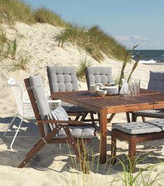 Sedie e tavoli coordinati in diversi stili e colori ti permettono di apparecchiare all'aperto per goderti la bella stagione.