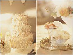 O bolo, todo branco, ganha destaque nas flores texturizadas Alixann-Loosle-Photography-251