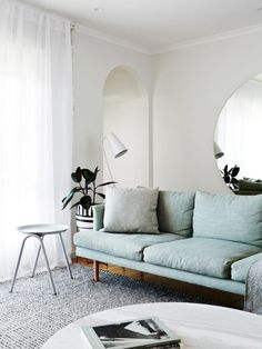 Un canapé bleu dans un salon épuré