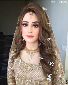 subtle wedding makeup Subtle Makeup Ideas For Bridesmaid Pakistani Wedding Hairstyles, Bridal Hairstyle Indian Wedding, Pakistani Bridal Makeup, Bridal Mehndi Dresses, Desi Wedding Dresses, Pakistani Wedding Outfits, Bridal Outfits, Pakistani Dresses, Indian Outfits