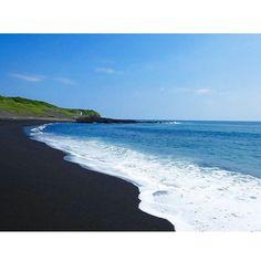 【yupotyi】さんのInstagramをピンしています。 《溶岩が砕かれてできた黒い砂浜が特徴🌊 #砂の浜 #伊豆大島 #大島 #伊豆諸島 #伊豆七島 #島 #island #旅行 #旅 #trip #美しい #beauty #beautiful #景色 #風景 #絶景 #眺め #amazing #view #senery #海 #sea #ビーチ #beach #写真 #photo #photography #夏 #summer #🌊》