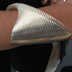 Zaha Hadid's Jewelry Line For Georg Jensen Was Likely Her Last Completed Project Bijoux Design, Gold Jewellery Design, Schmuck Design, Clean Gold Jewelry, White Gold Jewelry, Zaha Hadid, Contemporary Jewellery, Modern Jewelry, Do It Yourself Fashion