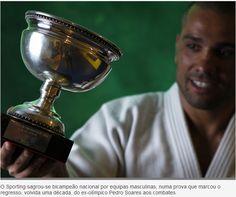 PEDRO SOARES, que já foi medalhado olímpico, é o treinador da equipa de Judo. Mas uma lesão de Jorge Fonseca forçou-o a dar o seu contributo à equipa no tapete, contribuindo assim para a conquista do bi-campeonato. Ei-lo com a bonita taça.