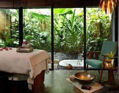 Tropical spa Id love to have a window like this in my massage room Massage Room Design, Massage Room Decor, Massage Therapy Rooms, Home Spa Room, Spa Rooms, Spa Interior, Salon Interior Design, Salon Design, Spa Luxe