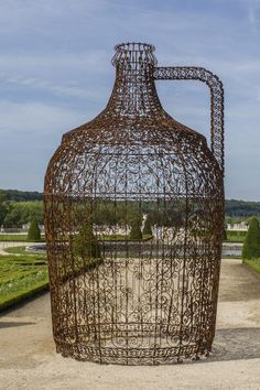 Joana Vasconcelos, *Garrafão de vinho*, Pavillon de Vin, 2011. Ferro forjado, plantas de videira, 550 x Ø 330 cm. Cortesia Societé EFFI/Galerie Nathalie Obadia, Paris