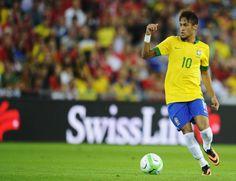 Neymar vestirá camisa que já foi de Pelé, Zico e Rivaldo. Júlio César ficará com a 12, número que o goleiro gosta de usar. Hernanes perde a 8 e Hulk herda numeração que era de Lucas; veja a relação completa. http://esportes.terra.com.br/futebol/copa-2014/com-10-para-neymar-cbf-confirma-numeracao-do-brasil-na-copa,3b60af2462e56410VgnVCM3000009af154d0RCRD.html