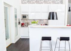 Musta-valkoinen keittiö moderniin makuun. Tapetti sopii mainiosti myös välitilaan, kun sen suojaa lasilla. uniquehome.fi