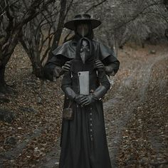Continuing the theme of the plague doctor! What could be better than a plague doctor? Only two plague doctors! In the role of plague… Steampunk Halloween, Steampunk Cosplay, Plague Dr Mask, Beak Mask, Plauge Doctor, Doctor Costume, Plague Dr Costume, Memes Arte, Estilo Dark
