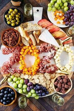 Build an epic New Year's Eve Charcuterie Board to ring in the new year. Build this Epic New Year's Eve Charcuterie Board to ring in the new year. New Years Appetizers, Thanksgiving Appetizers, Thanksgiving Recipes, Thanksgiving Prayer, Thanksgiving Outfit, Thanksgiving Decorations, Christmas Wreaths To Make, Christmas Eve, Vegetarian Appetizers