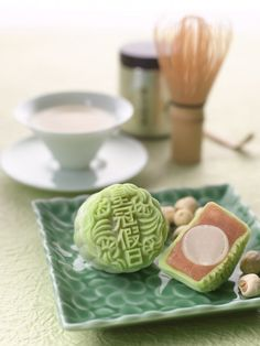 White lotus paste with green tea chocolate Japanese Matcha, Japanese Sweets, Green Tea Dessert, Mooncake Recipe, Chinese Cake, Green Tea Recipes, China Food, Moon Cake, Asian Desserts