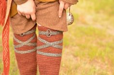 Nadelbinden Kniestrumpf / Naalbinding Knee S. Nadelbinden Kniestrumpf / Naalbinding Knee Sock I Love this! Viking Garb, Viking Reenactment, Viking Dress, Viking Costume, Medieval Costume, Viking Ship, Norse Clothing, Medieval Clothing, Card Weaving