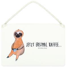 Deko Schild Faultier Kaffee aus MDF  Weiß - Das Original von Mr. & Mrs. Panda.  Ein wunderschönes Schild aus der Manufaktur von Mr. & Mrs. Panda - die Schilder werden von uns direkt nach der Bestellung liebevoll bedruckt und mit einer wunderschönen Kordel zum Aufhängen versehen.    Über unser Motiv Faultier Kaffee  Was gibt es bitte cooleres, als ein Faultier? Mr. & Mrs. Panda war daher klar: eine Faultier-Kollektion darf in ihrer Welt nicht fehlen! Et voila (Lächeln)    Verwendete…