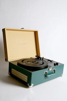 cutest crosley portable usb turntable ever. the epitome of modern analog, as it is a retro styled record player that also converts vinyl into Vinyl Record Player, Record Players, Vinyl Records, Mp3 Player, Record Player Urban Outfitters, Radios, Usb Turntable, Nostalgia, Vintage Records