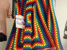 If you enjoy granny squares, you'll especially love this Never Ending Granny Square Afghan. The bright, beautiful rainbow colors will brighten up any gloomy day. You'll need two balls of each color to complete this free crochet afghan pattern. Crochet Afghans, Motifs Afghans, Afghan Crochet Patterns, Crochet Cushions, Crochet Pillow, Blanket Crochet, Crochet Cardigan, Point Granny Au Crochet, Granny Square Crochet Pattern