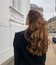 Long Wavy Ash-Brown Balayage - 20 Light Brown Hair Color Ideas for Your New Look - The Trending Hairstyle Long Brown Hair, Brown Blonde Hair, Light Brown Hair, Brunette Hair, Wavy Hair, Curls Hair, Fine Hair, Blonde Honey, Medium Blonde