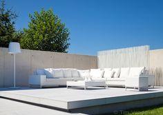 exclusief design tuinmeubilair, outdoor design furniture in tuin met buitenzwembad | De Mooiste Zwembaden