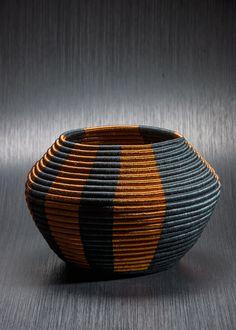 Izquierda. Canasto Guacamayas, de fique y cobre; diseño, Equipo de Diseño Artesanías de Colombia; artesano, Publio Gómez.